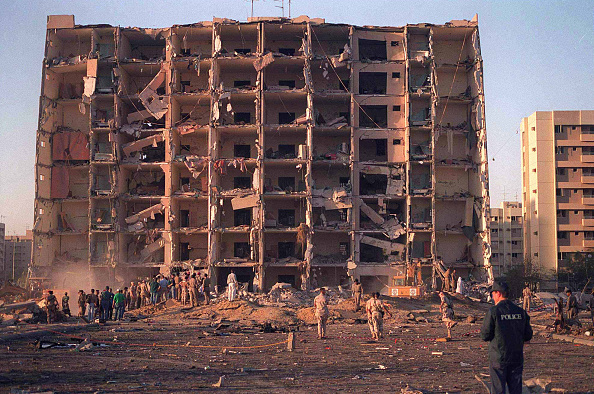 Dhahran「U S And Saudi Military Personnel Survey The Damage To Khobar Towers」:写真・画像(0)[壁紙.com]