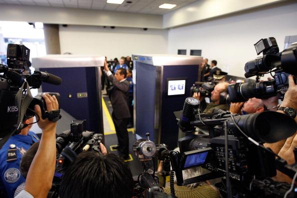 LAX Airport「LA Mayor Villaraigosa Uses Airport Scanner At LAX」:写真・画像(9)[壁紙.com]