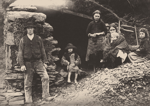 Ireland「The Great Famine. A Family At The Ruins Of Their House In Killarney」:写真・画像(3)[壁紙.com]