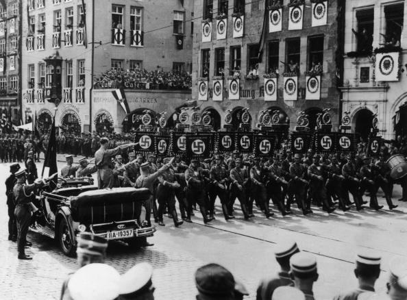 In A Row「Nazi Rally」:写真・画像(9)[壁紙.com]