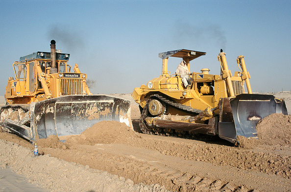Indian Subcontinent Ethnicity「A cat and a Komatsu bulldozer race along levelling the desert ground for road base construction and later asphalting. Dubai, UAE.」:写真・画像(19)[壁紙.com]