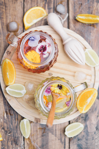 Infused「Refreshing mineral water with edible flowers, Viola wittrockiana, Dianthus caryophyllus, Calendula officinalis, lemon and orange」:スマホ壁紙(12)
