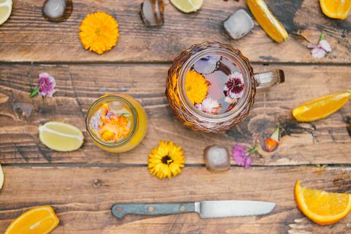 Infused Water「Refreshing mineral water with edible flowers, Viola wittrockiana, Dianthus caryophyllus, Calendula officinalis, lemon and orange」:スマホ壁紙(9)