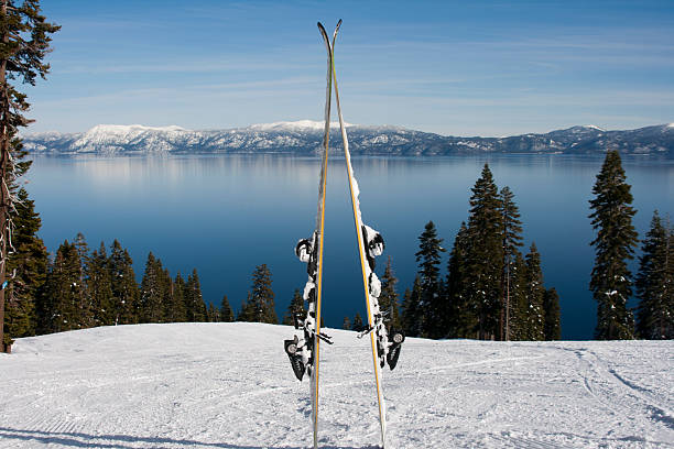 Skis on a mountain slope:スマホ壁紙(壁紙.com)