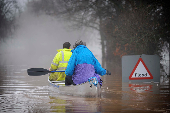 Oar「Two people canoeing past flood sign during floods, Gloucestershire, UK, 2007」:写真・画像(16)[壁紙.com]