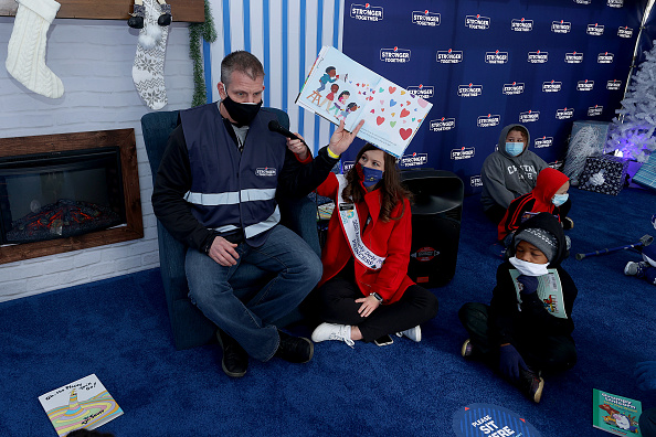 Andy Lyons「Pepsi Stronger Together Spreads Holiday Cheer To Local Louisville Elementary School Students And Their Families With Charitable Seasonal Market」:写真・画像(13)[壁紙.com]
