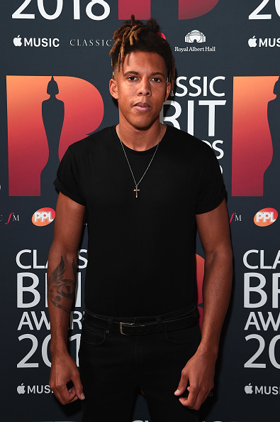 Cross Shape「Classic BRIT Awards 2018 - Red Carpet Arrivals」:写真・画像(14)[壁紙.com]