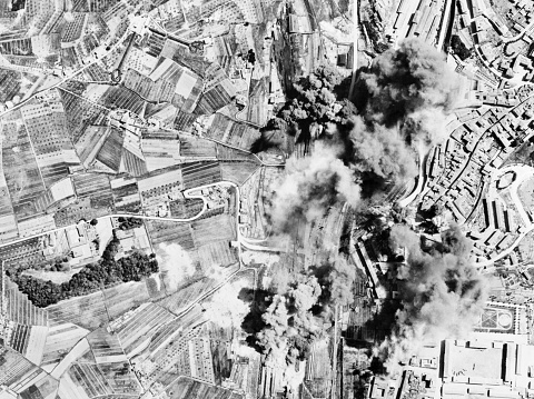Air Attack「WWII photo of Axis railroad yards at Siena, Italy being aerial bombed by Mediterranean Allied Air Force bombers.」:スマホ壁紙(19)