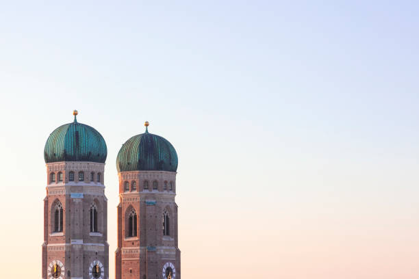 Germany, Munich, view to spires of Cathedral of Our Lady at twilight:スマホ壁紙(壁紙.com)