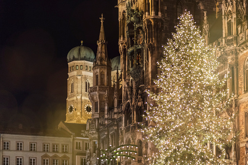 Munich「Germany, Munich, bright shining Christmas tree in front of old town hall and Cathedral of Our lady at night」:スマホ壁紙(12)