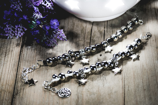 宝石「Designer Silver Necklace on wooden table」:スマホ壁紙(19)