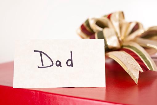 父の日「赤いギフトボックスとリボン、タグ、父の心配は無用。クリスマスます。」:スマホ壁紙(9)
