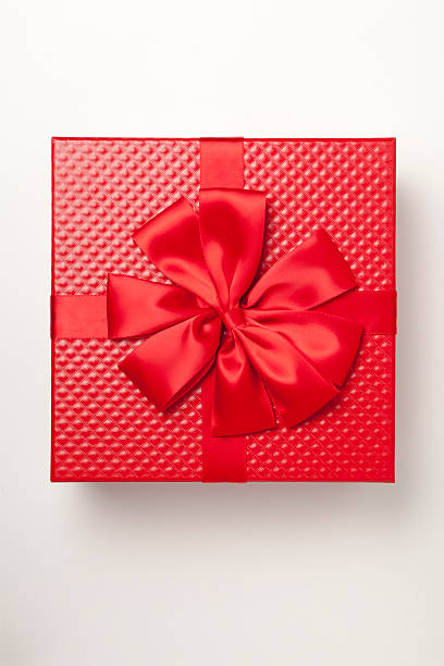 Red gift box tied with red ribbon and large bow:スマホ壁紙(壁紙.com)