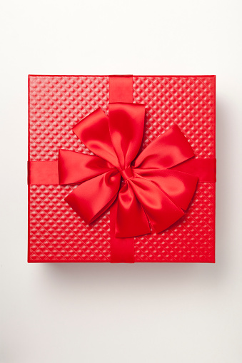 Gift「Red gift box tied with red ribbon and large bow」:スマホ壁紙(17)