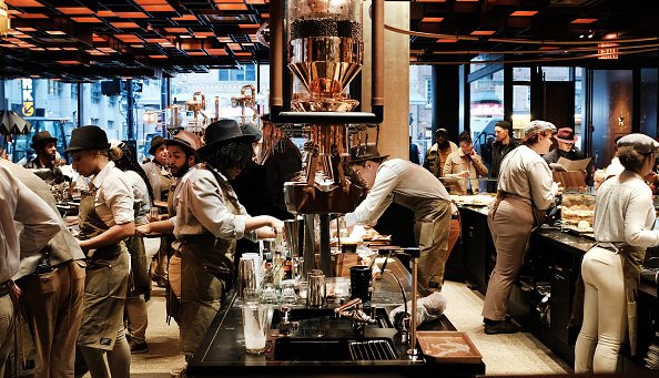 "Employee「Starbucks Opens Upscale ""Reserve Roastery""  In Manhattan」:写真・画像(4)[壁紙.com]"
