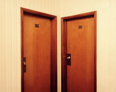 Choice「Two closed doors in corridor」:スマホ壁紙(18)