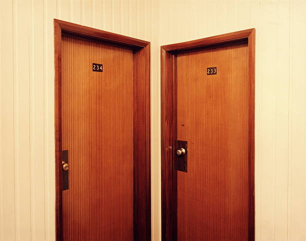 Two closed doors in corridor:スマホ壁紙(壁紙.com)