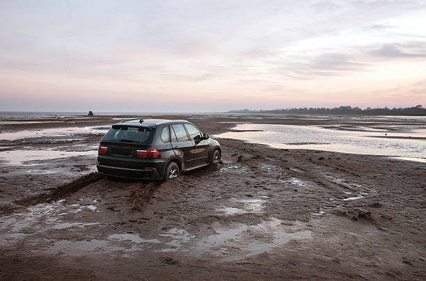 Car stuck in the mud:スマホ壁紙(壁紙.com)