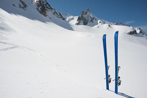 スキー「Ski planted on the snow」:スマホ壁紙(15)