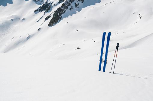 グルノーブル「Ski planted in the snowy slope」:スマホ壁紙(1)