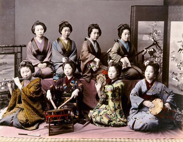 芸者「Japanese musicians, JAPAN: MUSICIANS, c1890., Playing the shamisen, tsudzumi, Fuye and taiko. Hand-tinted albumen photograph by Kimbei, c1890.」:写真・画像(10)[壁紙.com]