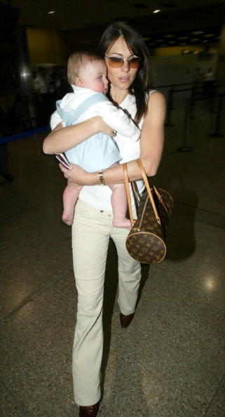 LAX Airport「Elizabeth Hurley and Baby at LAX」:写真・画像(4)[壁紙.com]