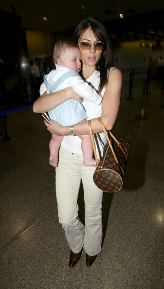 LAX Airport「Elizabeth Hurley and Baby at LAX」:写真・画像(3)[壁紙.com]