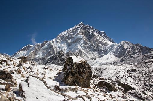 Khumbu Glacier「Snow capped peaks of the Everest Himalayas near Gorak Shep, Everest Base Camp Trek, Nepal」:スマホ壁紙(18)