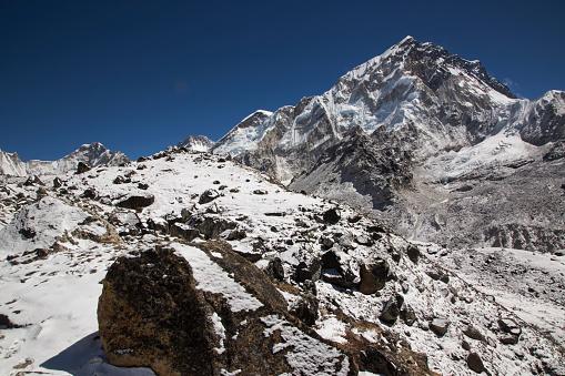 Khumbu Glacier「Snow capped peaks of the Everest Himalayas near Gorak Shep, Everest Base Camp Trek, Nepal」:スマホ壁紙(13)
