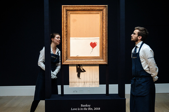 Auction「Sotheby's Unveils Banksy's Newly Completed Artwork 'Love in in the Bin'」:写真・画像(9)[壁紙.com]
