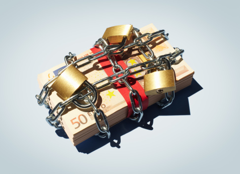 Protection「Stack of 50 Euro notes in chains and padlocks.」:スマホ壁紙(3)