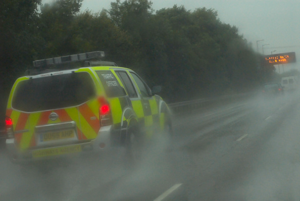 Spray「Traffic police vehicle in poor wet driving conditions on the M6 motorway, UK」:写真・画像(13)[壁紙.com]