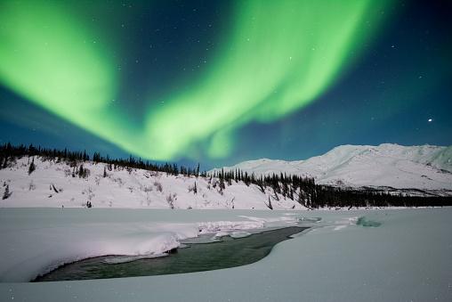 アラスカ「Northen 照明の冬の山」:スマホ壁紙(11)
