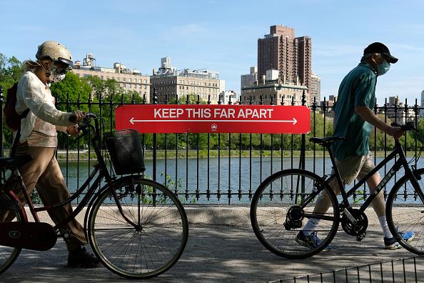People「Daily Life In New York City Amid Coronavirus Outbreak」:写真・画像(11)[壁紙.com]