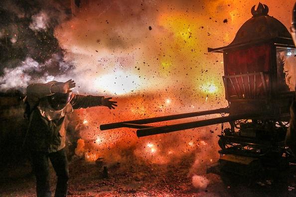 お祭り「Taiwanese Celebrate 'The World's Most Dangerous Fireworks Festival'」:写真・画像(14)[壁紙.com]