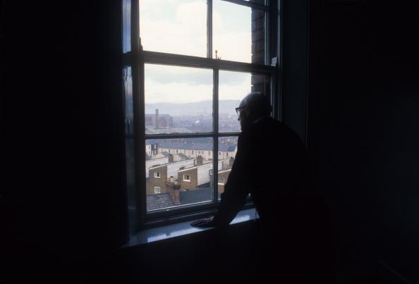 Looking At View「Falls Road Priest」:写真・画像(2)[壁紙.com]