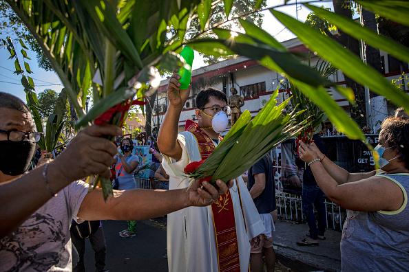 Frond「Filipino Christians Mark Palm Sunday Amid The Coronavirus Outbreak」:写真・画像(9)[壁紙.com]