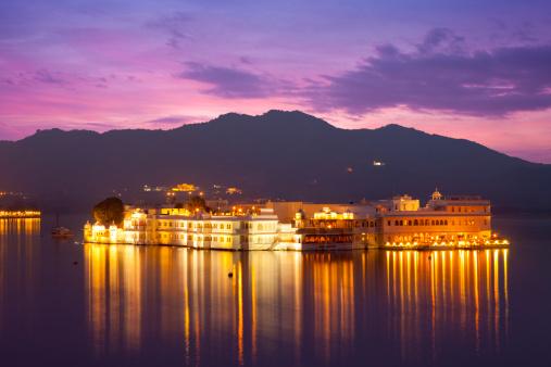 Lake Palace「The Lake Palace Hotel illuminated at twilight」:スマホ壁紙(11)