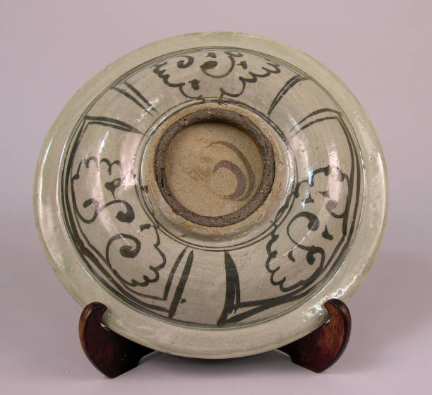 Dish made with shallow rounded sides, a wide flared rim and decoartive motifs:ニュース(壁紙.com)