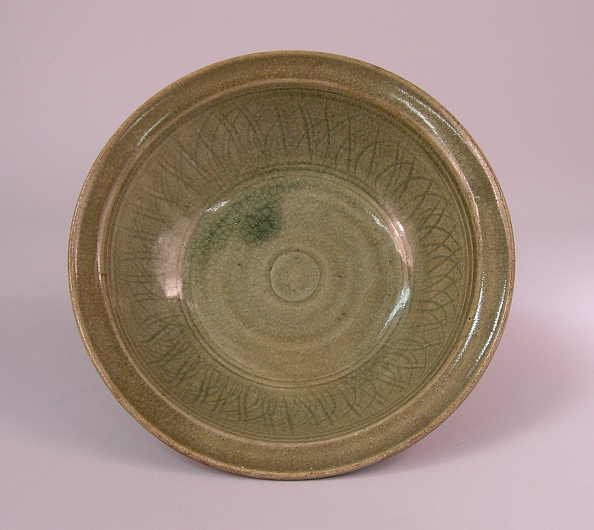 Thick「Dish made with steeply rounded sides rising from the thick circular foot with a flared rim」:写真・画像(7)[壁紙.com]