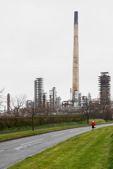 Finance and Economy「Refinery chimney and works, Runcorn, Cheshire, UK」:写真・画像(2)[壁紙.com]