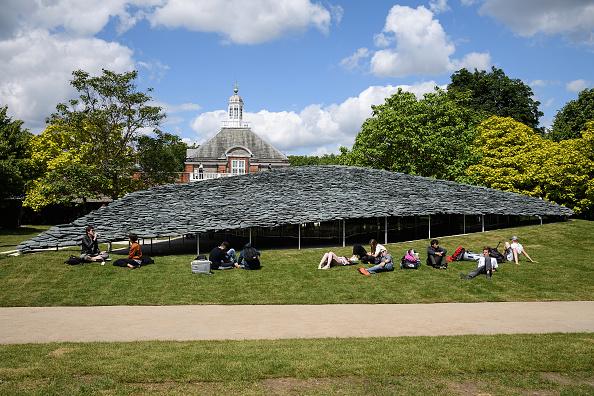 Grass「Members Of The Public Enjoy The New Serpentine Pavilion」:写真・画像(7)[壁紙.com]