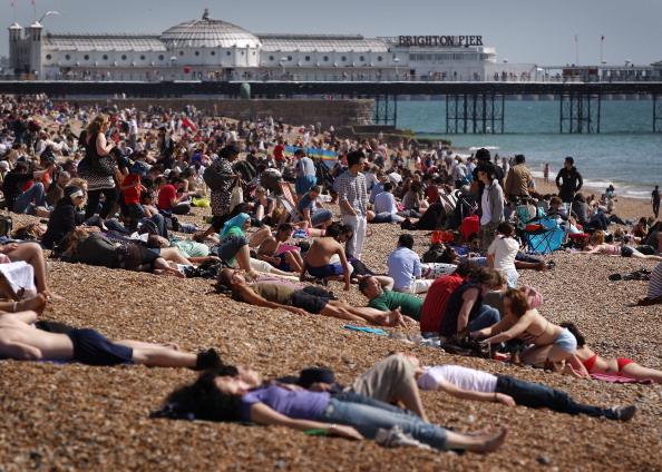 太陽の光「Visitors To Brighton Bask In The Warm Spring Sun」:写真・画像(8)[壁紙.com]
