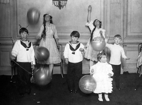 Childhood「Christmas Party」:写真・画像(15)[壁紙.com]