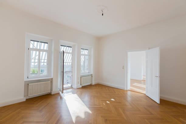 Spacious empty flat with herringbone parquet:スマホ壁紙(壁紙.com)
