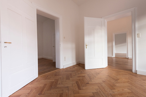 Parquet Floor「Spacious empty flat with herringbone parquet」:スマホ壁紙(15)