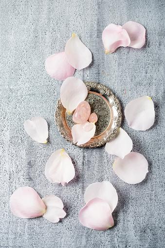 Quartz「Rose quartz with rose petals」:スマホ壁紙(14)