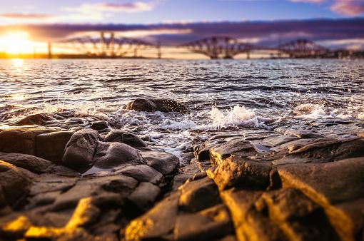 セレクティブフォーカス「バック グラウンドでフォース橋と岩にしぶき小波」:スマホ壁紙(6)