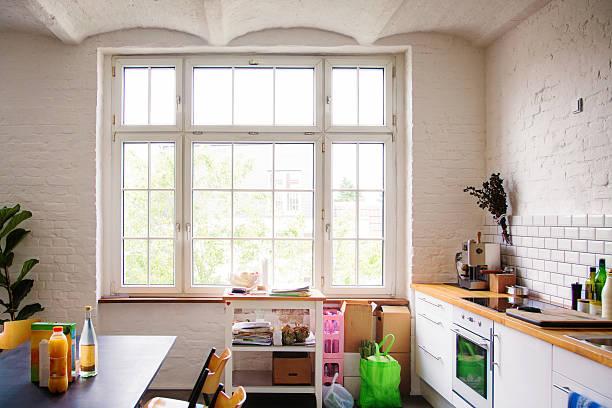 Window into sunny white European kitchen:スマホ壁紙(壁紙.com)
