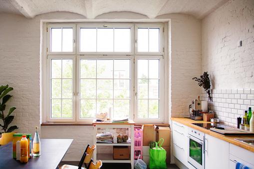City Life「Window into sunny white European kitchen」:スマホ壁紙(5)